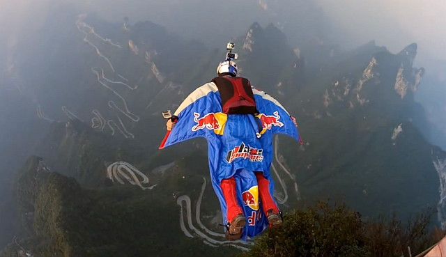 Wingsuite Action mit Jeb Corliss in China