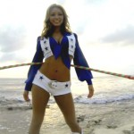 Cheerleader der Dallas Cowboys beim Hula-Hoop
