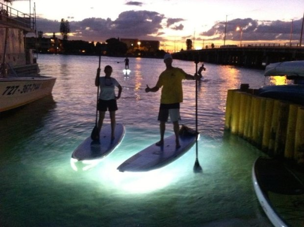 LED Paddleboards: Paddeln mit Unterbodenbeleuchtung