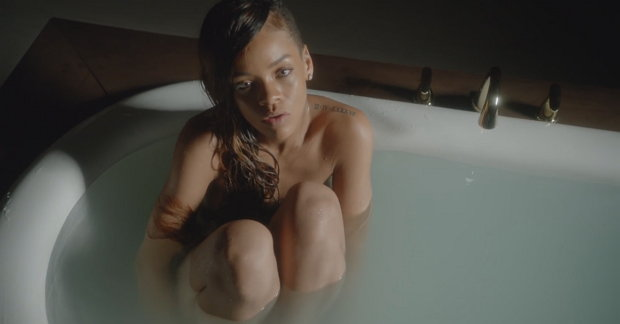 Musicless Video: Rihanna pupst in die Wanne
